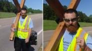 Bentuk Pengabdian Diri , Pria Ini Berjalan Kaki Sejauh 2.141 Mil Sambil Membawa Salib!