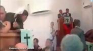 VIRAL! Pendeta HKBP Diturunkan Dari Mimbar, Jemaat Heboh Dan Minta Damai. Ada Apa Ya?
