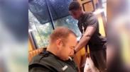 Viral! Pemuda Ini Menawarkan Diri Untuk Mendoakan Polisi Di Sebuah Restoran