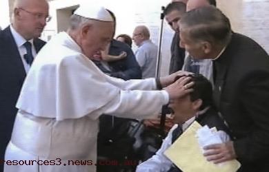 Aksi Usir Setan oleh Paus Francis Terekam Media Italia