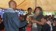 Seorang Pendeta di Afrika Semprotkan Racun Serangga Untuk Penyembuhan