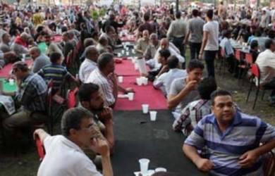 Umat Islam dan Kristen di Mesir Buka Puasa Bareng