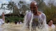 20.000 Orang Berduyun-duyun ke Sungai Yordan untuk Dibaptis di Tempat yang Sama Seperti Yesus