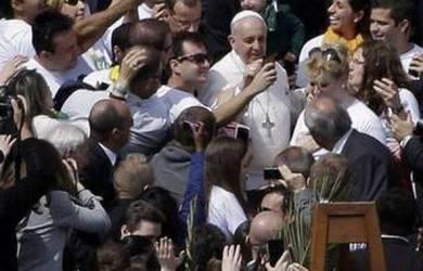 Paus Turun dari Popemobile dan Lakukan Selfie di St.Peter