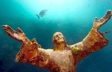 Patung Yesus Hiasi Bawah Laut Palermo, Italia