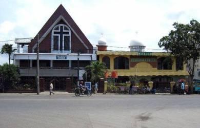 Tiga Gereja Dan Mesjid Berdiri Satu Dinding Dan Berdampingan