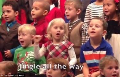 Siswi TK Terjemahkan Lagu Natal untuk Orangtuanya yang Tuna Rungu