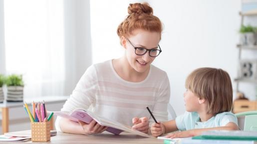 Sejauh Apa Orangtua Harus Terlibat Bantu Anak Kerjakan PR? Ini Jawabannya…