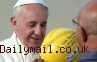 Paus Francis Kenakan Helm Pelindung Kepala di Italia