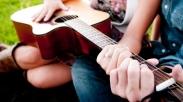 7 Alasan Menarik Punya Pacar Seorang Musisi