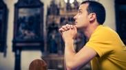 Gak Ada yang Lebih Seksi Dari Punya Suami yang Rajin Berdoa