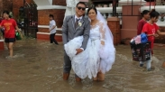 Di Tengah Banjir, Pasangan Filipina Ini Keukeuh Langsungkan Pernikahan