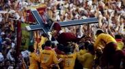Jutaan Umat Katolik Filipina Rela Berdesakan Demi Sentuh Patung Yesus