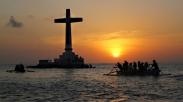 Jalan-jalan ke Filipina? Sempetin Dah ke 'Salib' di Tengah Laut Ini..