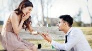 Penasaran Kenapa Pria Harus Berlutut Saat Hendak Melamar Sang Kekasih? Berikut Sejarahnya…