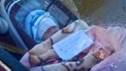 Waduh, Bayi Ini Ditinggal Sendiri di Mobil dengan Secarik Kertas yang Bikin Semua Orang Tercengang!