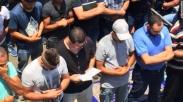 Mengharukan! Pria Kristen Ini Berdoa di Antara Umat Muslim di Tengah Konflik Yerusalem...