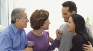 Suami-suami, Akrablah Sama Mertuamu Kalau Mau Punya Pernikahan Sebahagia Ini!