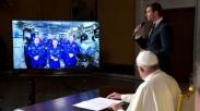 Paus Fransiskus Ingatkan Astronot Supaya Memandang Dunia dari 'Kaca Mata Tuhan'