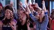 Bukan Mengekang, Tapi 3 Cara Ini Bisa Yakinkan Anak Pilih Gereja yang Tepat