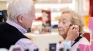 Bikin Terharu! Pria Ini Rias Wajah Istrinya Setiap Hari Selama 56 Tahun