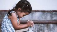 Dekat Dengan Tuhan Sedari Kecil, Beginilah Cara Tepat Ajarkan Anak Berdoa!