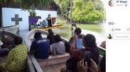 Gerejanya Terendam Banjir, Jemaat Gereja Jayapura Ini Ibadah di Atas Perahu