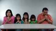 Bangun Mezbah Doa Bareng Keluarga Rupanya Berfaedah Untuk Hal Ini Loh!
