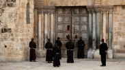 Sambut Paskah, Pemimpin Gereja Katolik Roma Berdoa di Jalan Salib Via Dolorosa yang Kosong