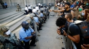 Saat Demo Besar-besaran, Aksi Berlutut Petugas Kepolisian AS Jadi Bahan Perbincangan