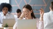 Ini Sebabnya Kenapa Ponsel Bisa Bikin Mata dan Kepala Sakit, Pernah Ngalamin Gak?