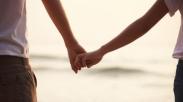 Gandengan Tangan Saat Pacaran, Boleh Gak Sih? Ini Kata Raditya Oloan