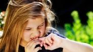 Anak Suka Gigitin Kuku, Ini 7 Cara Hentikan Kebiasaan Buruk Mereka
