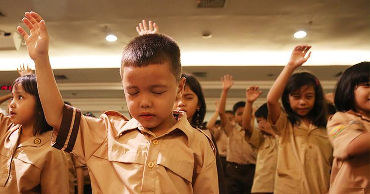 3 Cara Jitu Ajarkan Anak Bersyukur di Tahun Baru