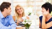 4 Alasan Pria Memilih Pasangan yang Mirip Ibunya