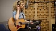 "Keren! Melalui Lagu ""Hollow"" Tori Kelly Berbicara Tentang Hubungannya Dengan Tuhan"