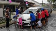 Hebat Loh! Ingin Bantu Lunasi Hutang Negara, Anak-anak Malaysia Ini Buka Usaha Cuci Mobil