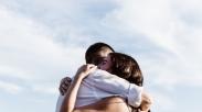 Cuma Modal Pelukan, Pasangan Bisa Lengket Sama Kamu Terus, Lho. Ini 5 Alasannya