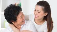 Sudah Mulai Kerja Nih, Perlu Ngga Sih Kasih Sebagian Gaji Ke Orangtua?