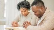 Wow.. Doa Bersama Pasangan Ternyata Membuat Semakin Harmonis Hubungan Suami-Isteri Loh!