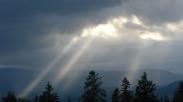 Seberkas Cahaya Dikala Awan Gelap Menutupi Langit