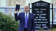 Foto Presiden Donald Trump Pegang Alkitab Di Depan Gereja Yang Dibakar Masa Tuai Pro Konra