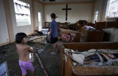 Paus Francis & Puluhan Ribu Katolik Doakan Korban Topan di Filipina